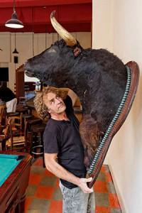 Alex Capus hängt den Toro auf, ein Leihgabe von Javier Castillo.