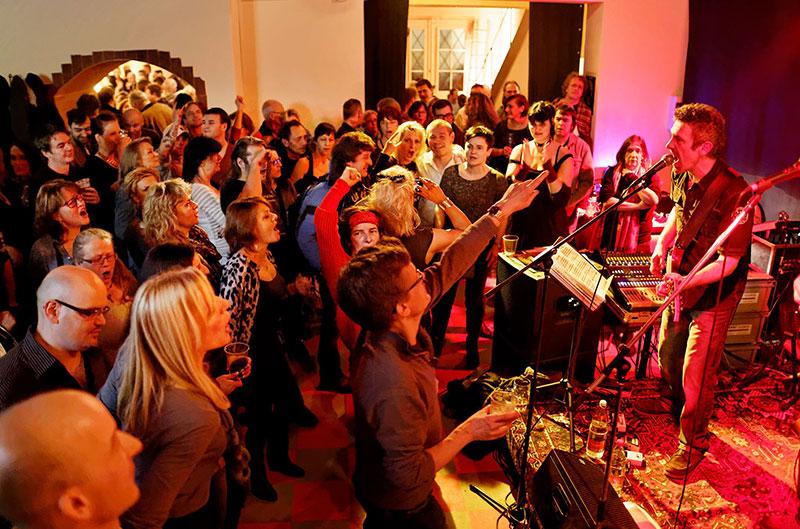 Tony Lax (rechts) hat wieder ein grossartiges Programm für die 80er Party am Freitag zusammengestellt.